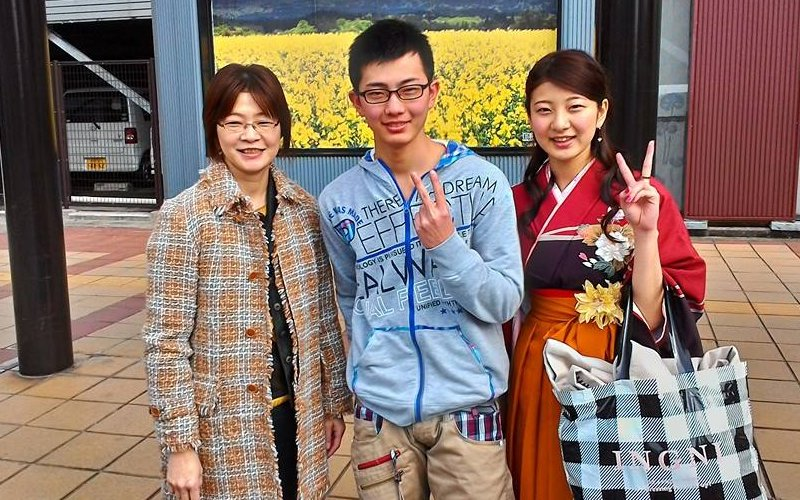 A mother with her son and daughter who took me to Akita station.
